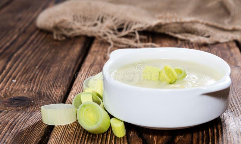 Φρέσκια γίνοντη σούπα πράσων στοκ εικόνες με δικαίωμα ελεύθερης χρήσης