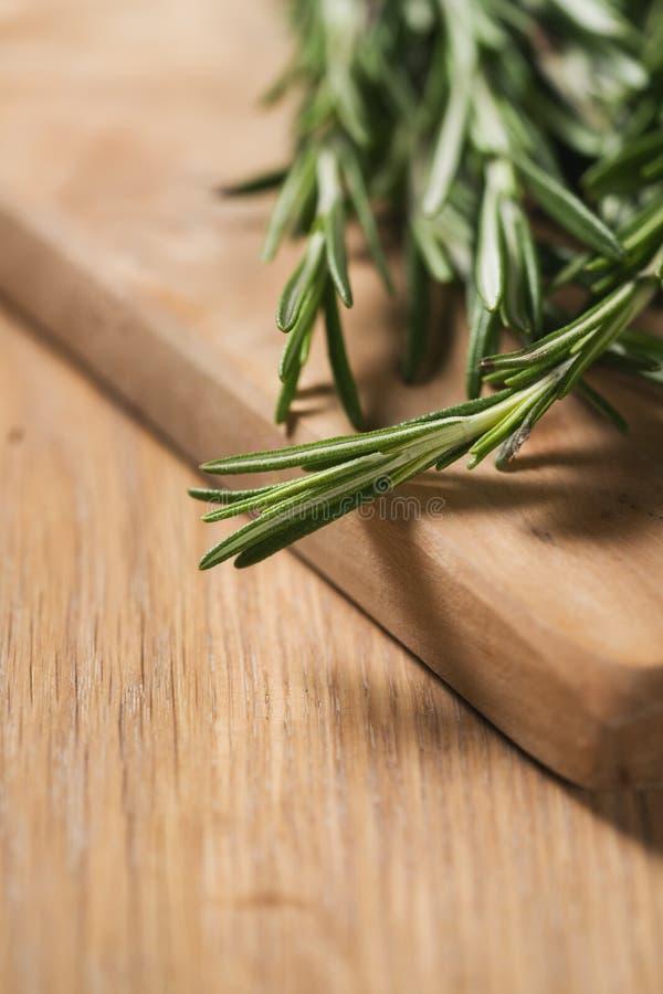 Φρέσκια δέσμη δεντρολιβάνου στον ξύλινο πίνακα στοκ εικόνες