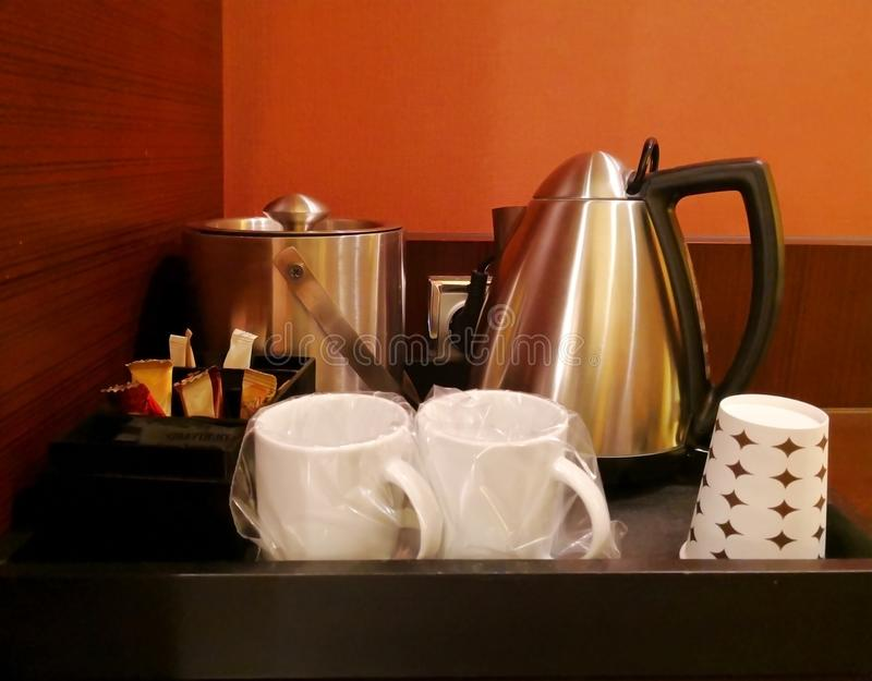 φρέσκια ελιά πετρελαίου κουζινών τροφίμων έννοιας αρχιμαγείρων πέρα από την έκχυση της σαλάτας εστιατορίων Ποτό γωνιών, τα οποία  στοκ εικόνες