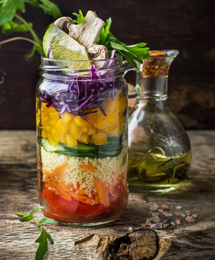 Φρέσκια ζωηρόχρωμη σαλάτα στο βάζο στοκ φωτογραφίες
