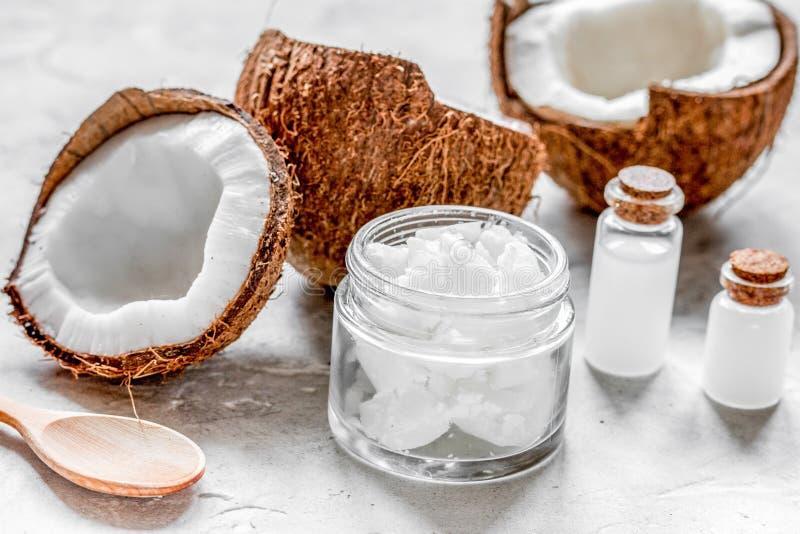 Φρέσκια καρύδα με το καλλυντικό πετρέλαιο στο βάζο στο άσπρο υπόβαθρο στοκ εικόνες