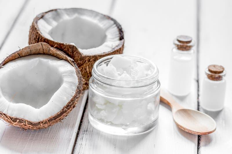 Φρέσκια καρύδα με το καλλυντικό πετρέλαιο στο βάζο στο άσπρο mocku υποβάθρου στοκ εικόνες