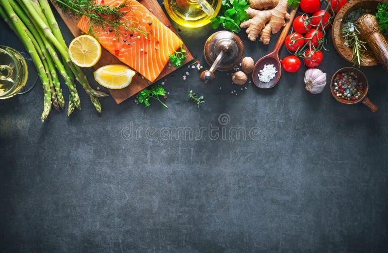 Φρέσκια λωρίδα σολομών με τα αρωματικά χορτάρια, τα καρυκεύματα και τα λαχανικά στοκ εικόνα με δικαίωμα ελεύθερης χρήσης