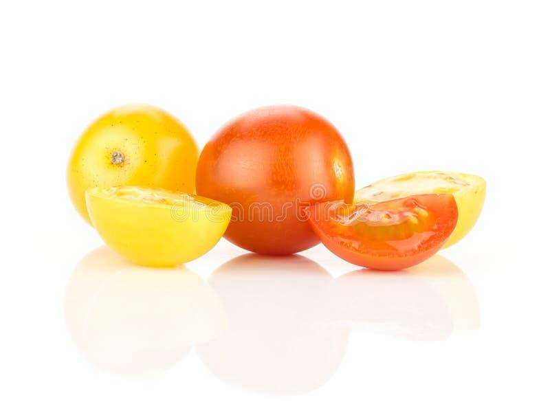 Φρέσκια μικτή ντομάτα κερασιών χρώματος που απομονώνεται στο λευκό στοκ εικόνες