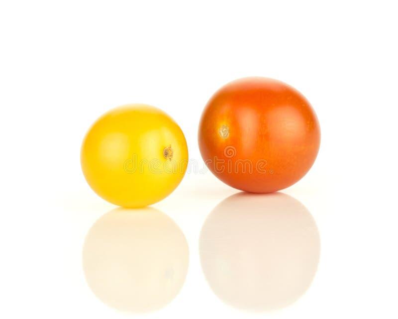 Φρέσκια μικτή ντομάτα κερασιών χρώματος που απομονώνεται στο λευκό στοκ εικόνα