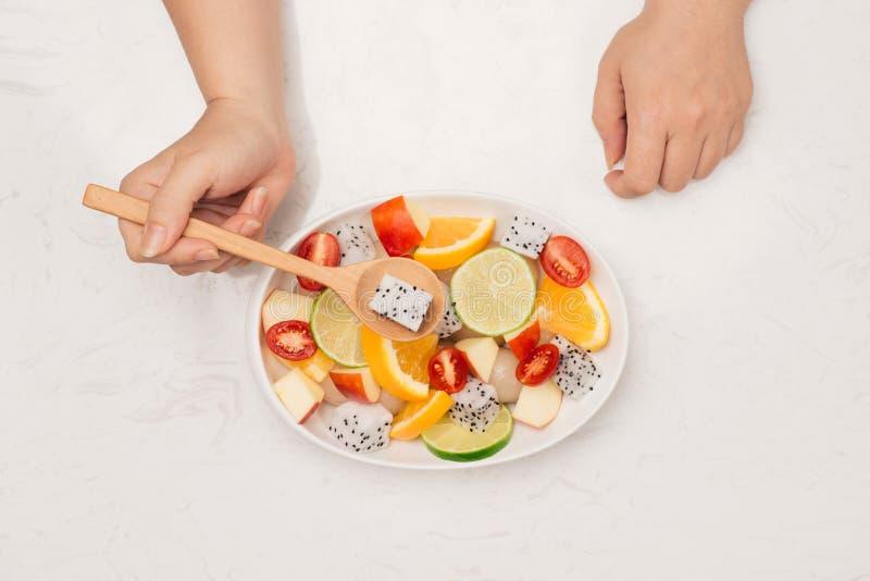 Φρέσκια μικτή σαλάτα φρούτων στο κύπελλο της σαλάτας στοκ φωτογραφία με δικαίωμα ελεύθερης χρήσης