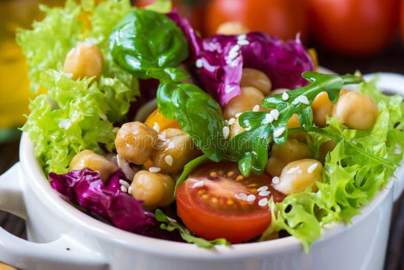 Φρέσκια μικτή σαλάτα με Chickpea στοκ φωτογραφία με δικαίωμα ελεύθερης χρήσης