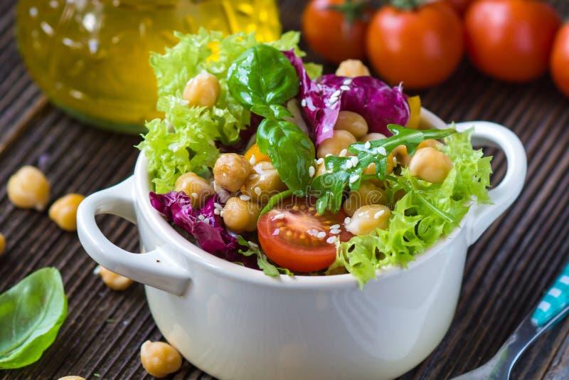 Φρέσκια μικτή σαλάτα με Chickpea στοκ εικόνες