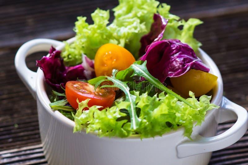 Φρέσκια μικτή σαλάτα με Chickpea στοκ φωτογραφία