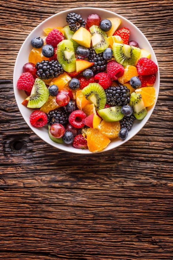 Φρέσκια μικτή τροπική σαλάτα φρούτων φρούτων Κύπελλο της υγιούς σαλάτας νωπών καρπών - που πεθαίνονται και της έννοιας ικανότητας στοκ φωτογραφία με δικαίωμα ελεύθερης χρήσης