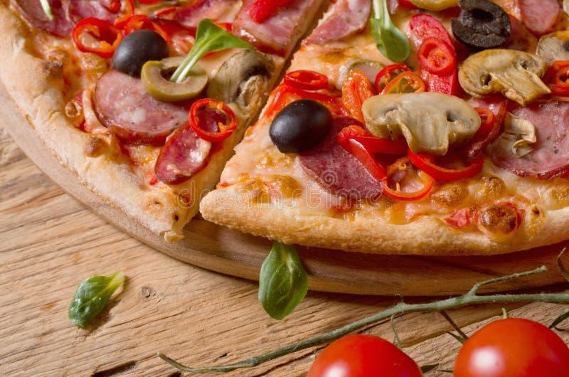 Φρέσκια πίτσα στο ξύλο στοκ φωτογραφίες