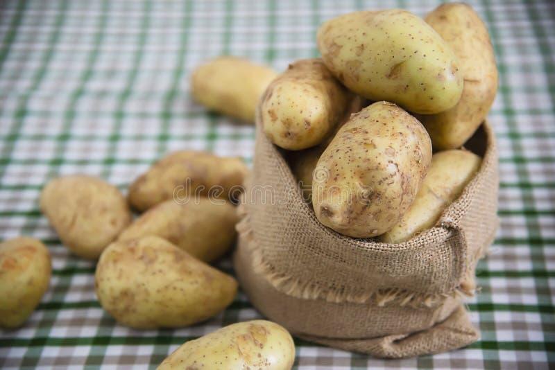 Φρέσκια πατάτα στην κουζίνα έτοιμη να μαγειρευτεί στοκ φωτογραφία