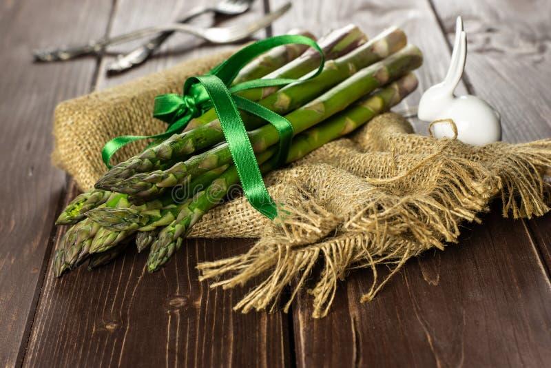 Φρέσκια πράσινη λόγχη σπαραγγιού στο καφετί ξύλο στοκ φωτογραφίες με δικαίωμα ελεύθερης χρήσης