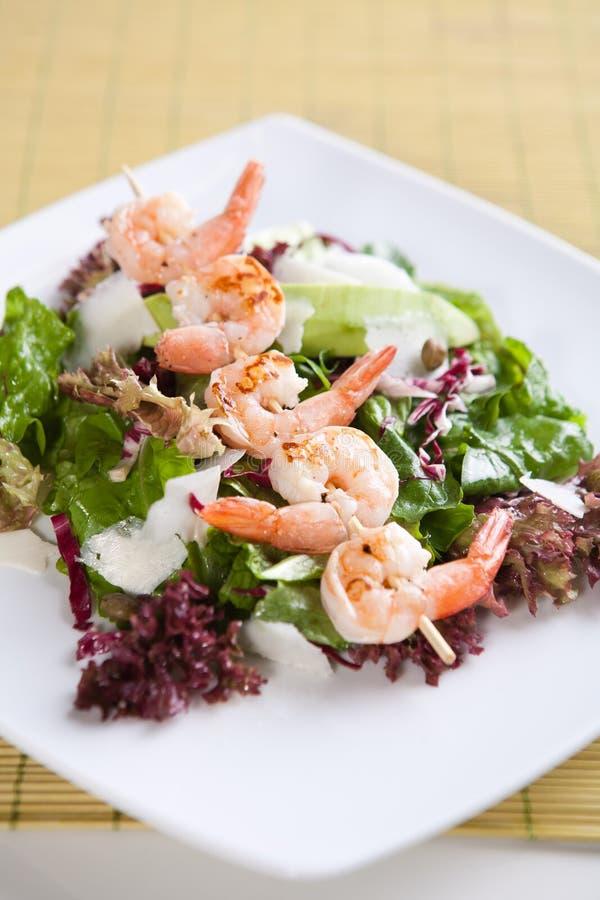 Download Φρέσκια πράσινη σαλάτα με τις ψημένες στη σχάρα γαρίδες Στοκ Εικόνες - εικόνα από φαντασία, σαλάτα: 17055352