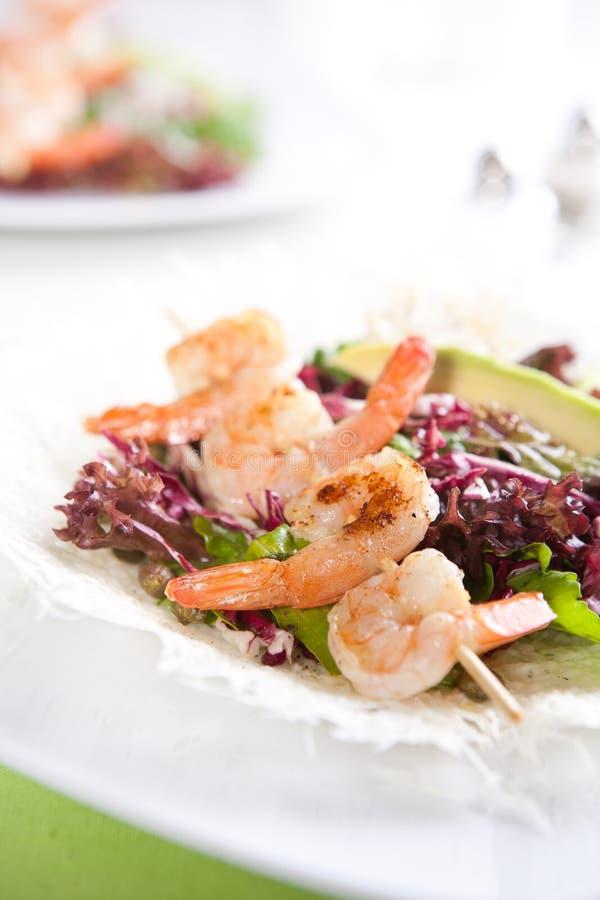 Download Φρέσκια πράσινη σαλάτα με τις ψημένες στη σχάρα γαρίδες Στοκ Εικόνες - εικόνα από φρέσκος, εύγευστος: 17055368