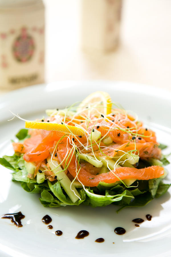 Download Φρέσκια πράσινη σαλάτα με τον καπνισμένο σολομό, το αβοκάντο και το λ Στοκ Εικόνες - εικόνα από εύγευστος, πράσινος: 17055466