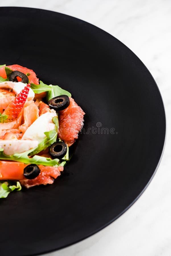 Φρέσκια σαλάτα Έννοια για ένα νόστιμο και υγιές γεύμα Άσπρο υπόβαθρο πετρών στοκ εικόνες