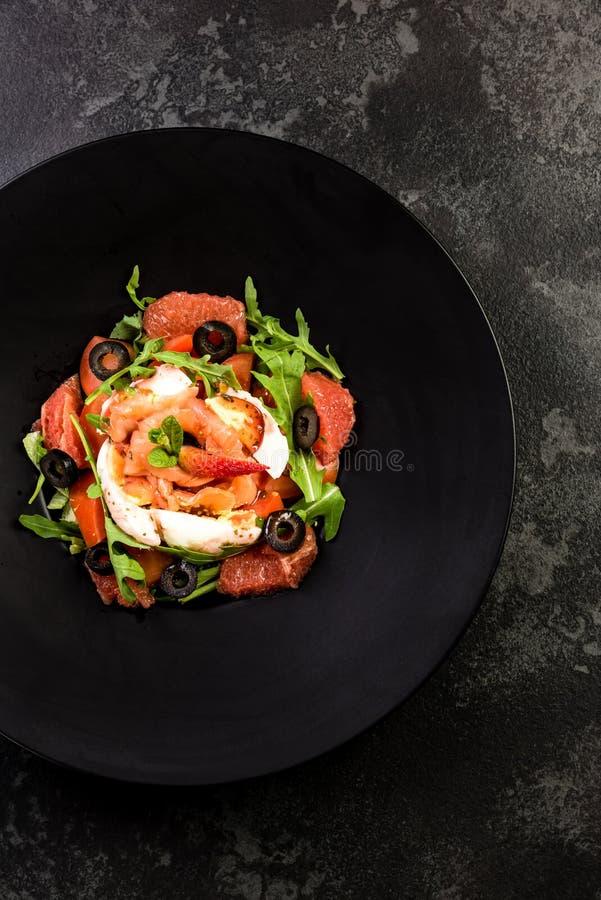 Φρέσκια σαλάτα Έννοια για ένα νόστιμο και υγιές γεύμα Σκοτεινό υπόβαθρο πετρών στοκ εικόνα