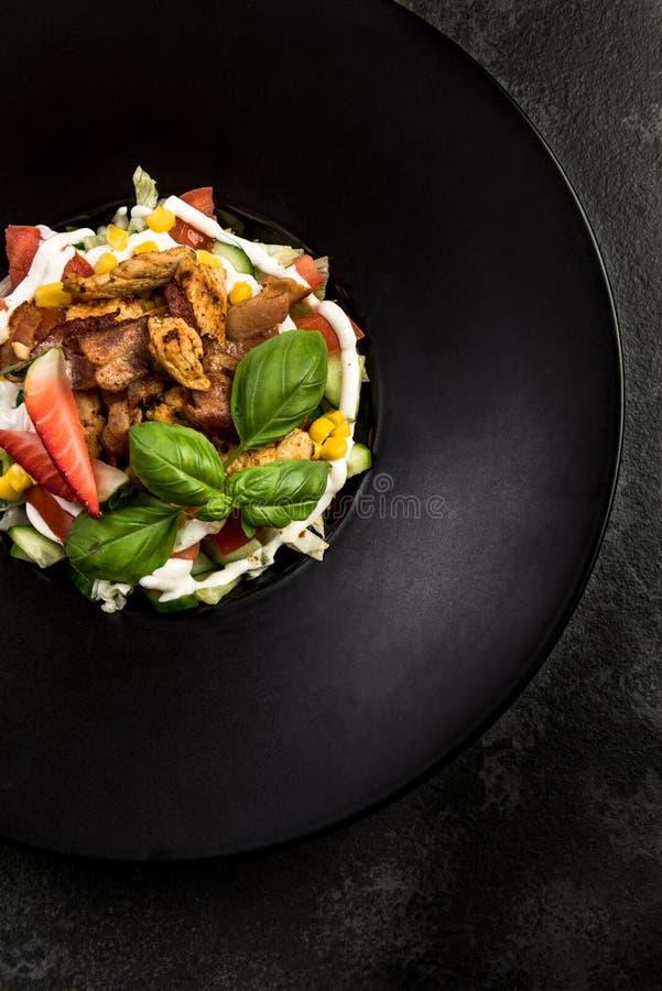 Φρέσκια σαλάτα Έννοια για ένα νόστιμο και υγιές γεύμα Σκοτεινό υπόβαθρο πετρών στοκ εικόνα με δικαίωμα ελεύθερης χρήσης