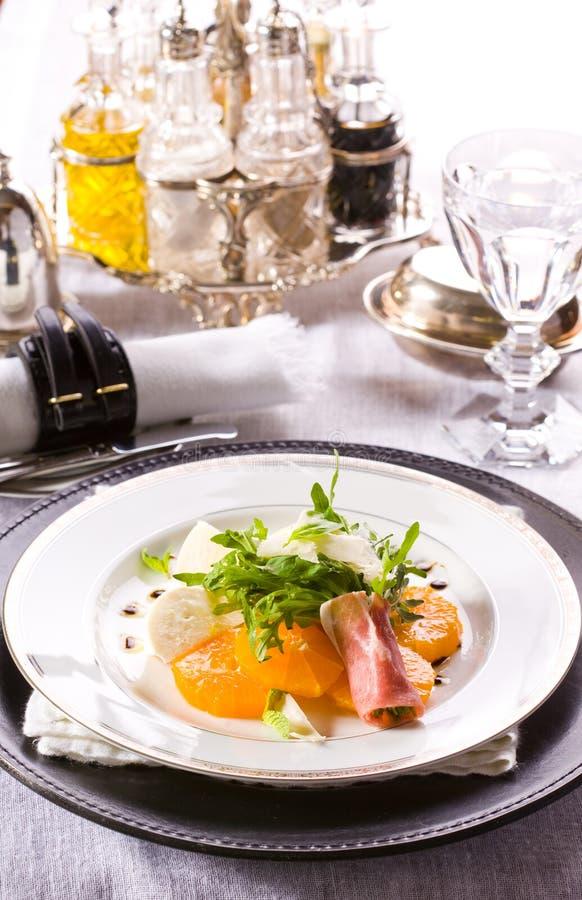 Download Φρέσκια σαλάτα με τη μοτσαρέλα και Tangerine Στοκ Εικόνες - εικόνα από οργανικός, πιάτο: 17055270