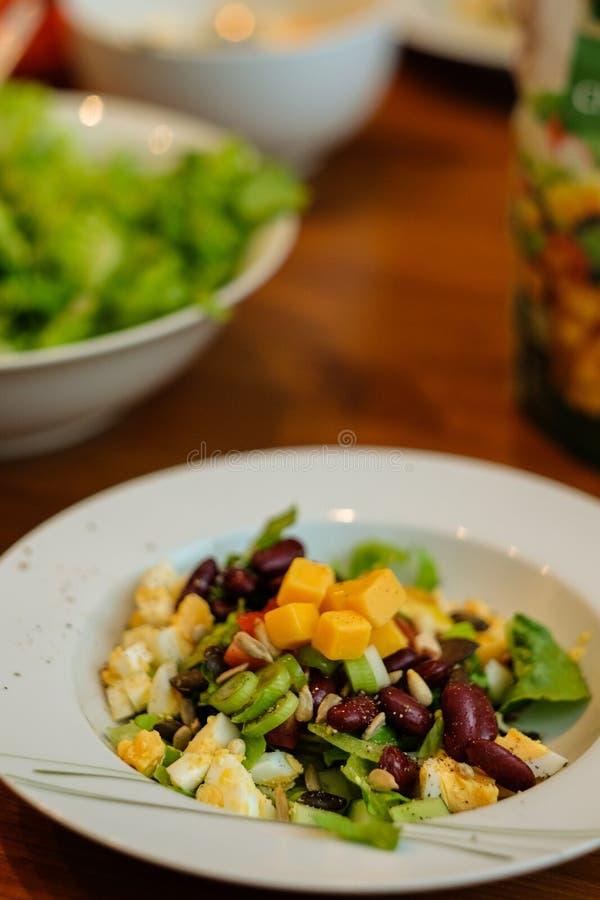 Φρέσκια σαλάτα με το τυρί για μια υγιεινή και διατροφή ισχίων στοκ φωτογραφίες