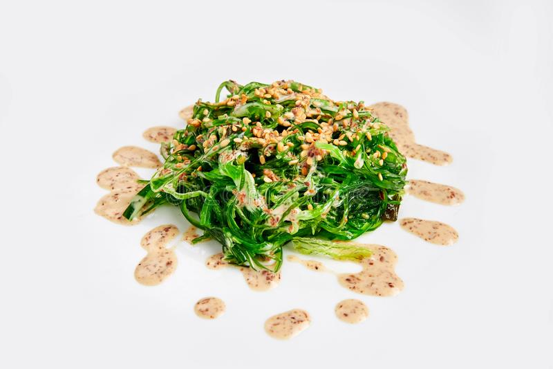 Φρέσκια σαλάτα φυκιών chuka στο λευκό Ιαπωνική κουζίνα στοκ εικόνα