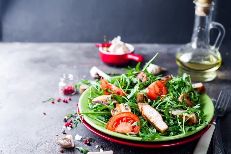 φρέσκια σαλάτα κοτόπουλ&om στοκ εικόνα με δικαίωμα ελεύθερης χρήσης