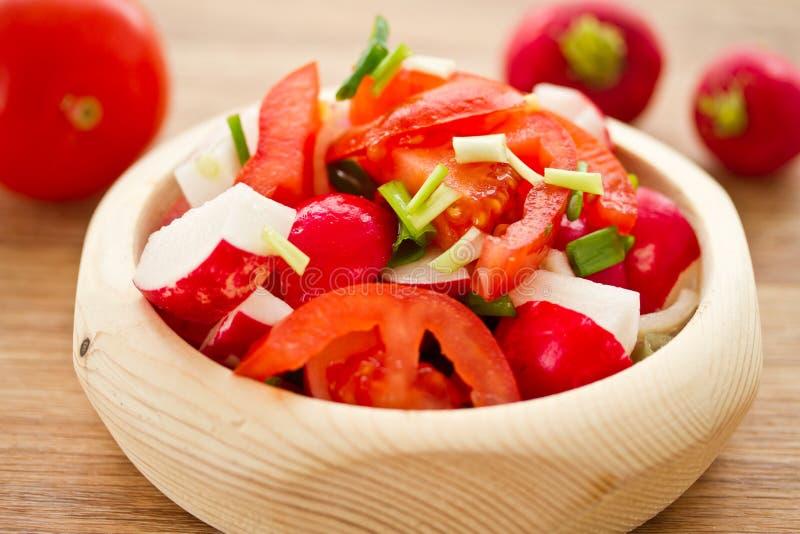 Φρέσκια σαλάτα του ραδικιού και των ντοματών στοκ εικόνες