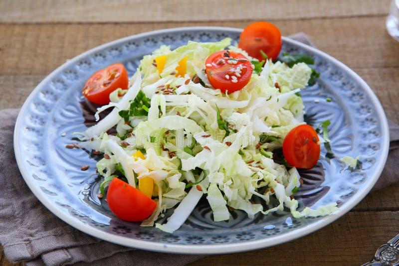 Φρέσκια σαλάτα με το κινεζικό λάχανο στοκ φωτογραφίες