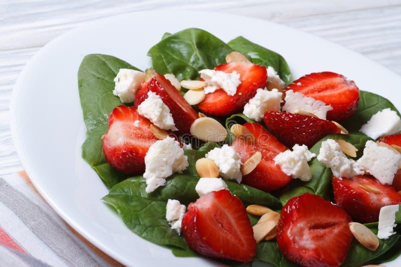 Φρέσκια σαλάτα των φραουλών, του σπανακιού, του τυριού αιγών και του αμυγδάλου στοκ εικόνες