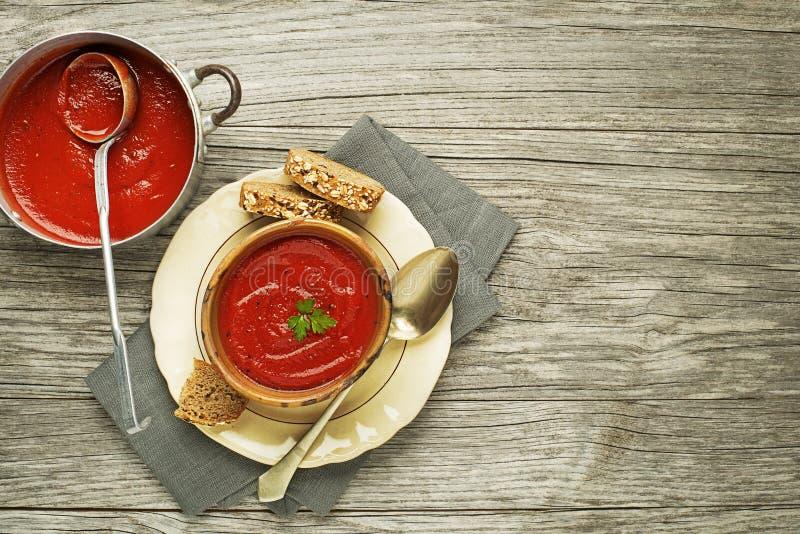 Φρέσκια σούπα ντοματών με τα χορτάρια στοκ εικόνα με δικαίωμα ελεύθερης χρήσης