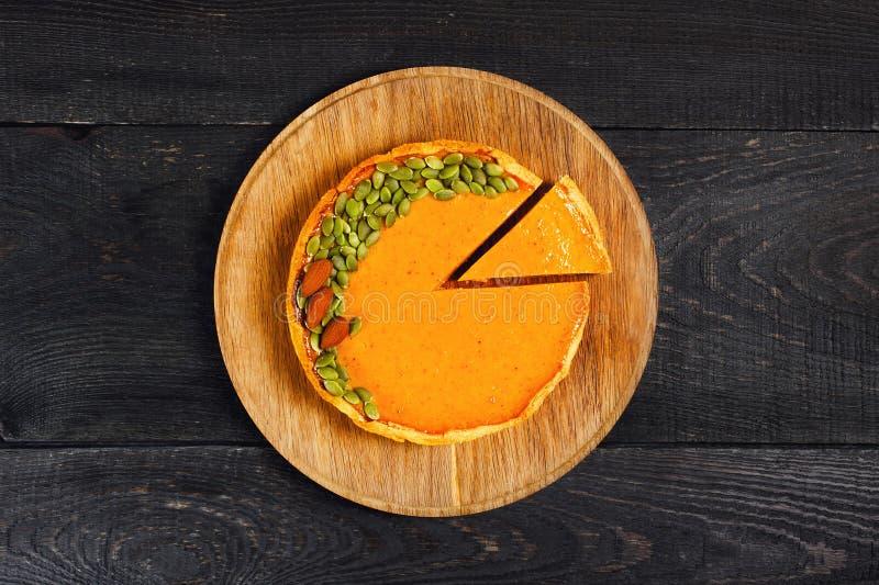 Φρέσκια σπιτική πίτα κολοκύθας που διακοσμείται με τους σπόρους και τα καρύδια στοκ εικόνα με δικαίωμα ελεύθερης χρήσης