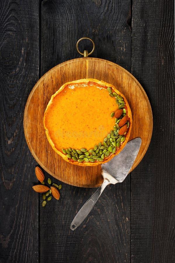 Φρέσκια σπιτική πίτα κολοκύθας που διακοσμείται με τους σπόρους και τα καρύδια στοκ φωτογραφίες με δικαίωμα ελεύθερης χρήσης