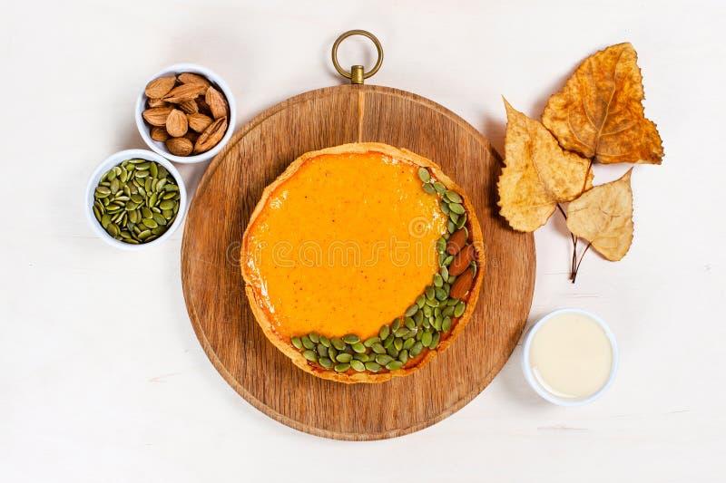 Φρέσκια σπιτική πίτα κολοκύθας που διακοσμείται με τους σπόρους στοκ εικόνες