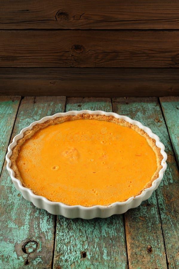 Φρέσκια στρογγυλή φωτεινή πορτοκαλιά σπιτική πίτα κολοκύθας στο άσπρο ψήσιμο δ στοκ εικόνες