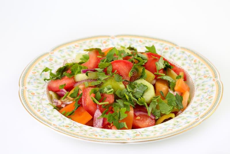 Φρέσκια, υγιής και εύγευστη θερινή φυτική σαλάτα με τις ντομάτες, το αγγούρι, το πράσινο και πορτοκαλί πιπέρι, το κόκκινους κρεμμ στοκ εικόνες