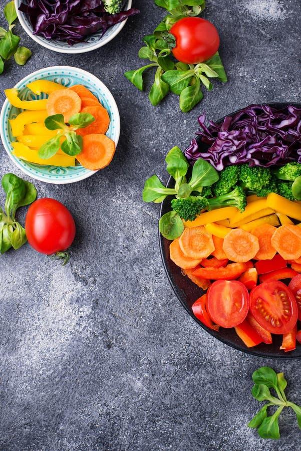 Φρέσκια υγιής χορτοφάγος σαλάτα ουράνιων τόξων στοκ φωτογραφίες με δικαίωμα ελεύθερης χρήσης