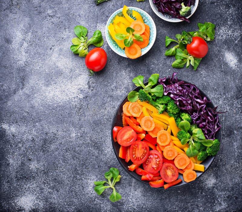 Φρέσκια υγιής χορτοφάγος σαλάτα ουράνιων τόξων στοκ φωτογραφία με δικαίωμα ελεύθερης χρήσης