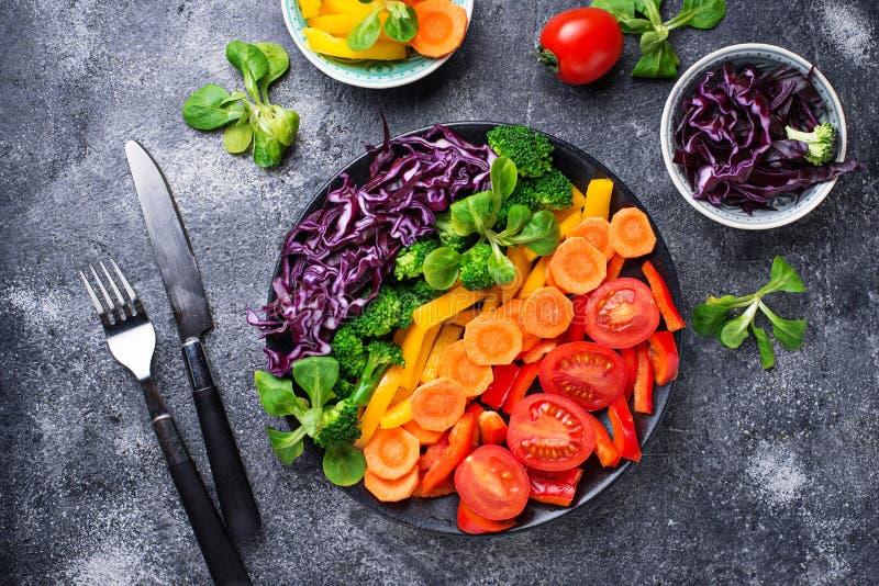 Φρέσκια υγιής χορτοφάγος σαλάτα ουράνιων τόξων στοκ φωτογραφία