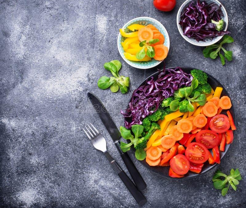 Φρέσκια υγιής χορτοφάγος σαλάτα ουράνιων τόξων στοκ φωτογραφίες