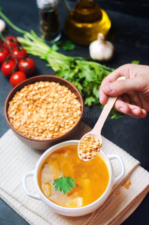 Φρέσκια υγρή σούπα μπιζελιών στο ζωμό χοιρινού κρέατος Σούπα φασολιών με το μαϊντανό υγιές μαύρο συγκεκριμένο υπόβαθρο προγευμάτω στοκ εικόνα με δικαίωμα ελεύθερης χρήσης