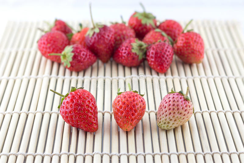 Φρέσκια φράουλα στην ξύλινη ύφανση στοκ εικόνες