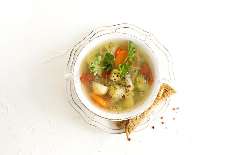 Φρέσκια φυτική σούπα από τις πατάτες, καρότα, λάχανο, γλυκό πιπέρι, νεαροί βλαστοί των Βρυξελλών σε ένα κύπελλο στοκ φωτογραφίες με δικαίωμα ελεύθερης χρήσης