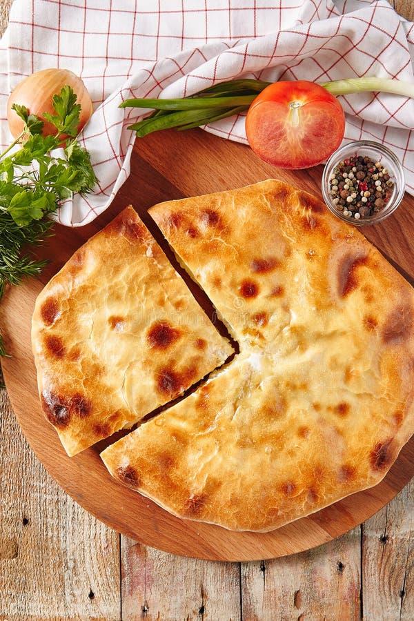 Φρέσκια ψημένη πίτα που γεμίζεται με το κοτόπουλο, το βόειο κρέας, το μανιτάρι και τη τοπ άποψη πατατών στοκ εικόνες