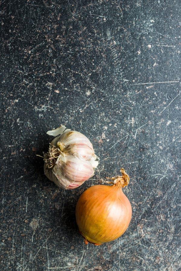 Φρέσκοι βολβοί κρεμμυδιών και σκόρδου στοκ εικόνες