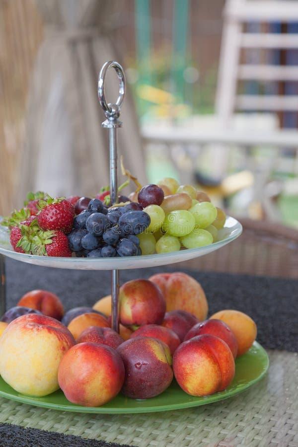 Φρέσκοι θερινοί καρποί Οργανικά και φυσικά φρούτα στο δίσκο Φρέσκες σταφύλια, cheaches, δαμάσκηνα και φράουλα κατανάλωση υγιής στοκ εικόνες