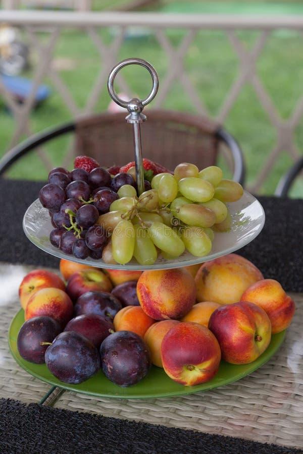 Φρέσκοι θερινοί καρποί Οργανικά και φυσικά φρούτα στο δίσκο Φρέσκες σταφύλια, cheaches, δαμάσκηνα και φράουλα κατανάλωση υγιής στοκ φωτογραφία