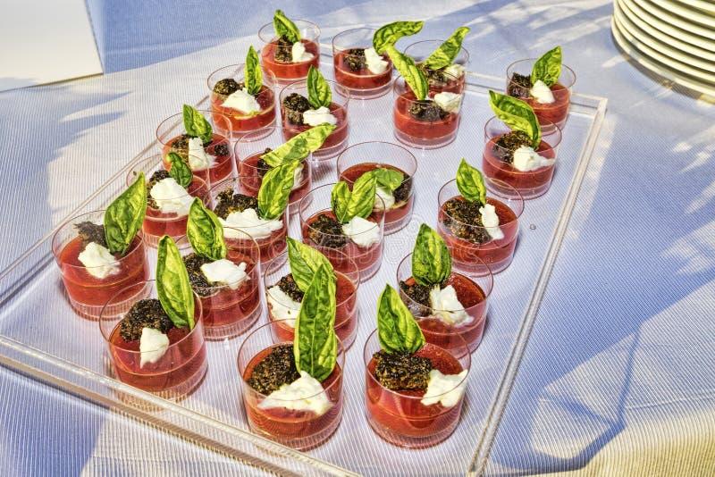 Φρέσκοι καταφερτζήδες φραουλών που διακοσμούνται με το άγριο παγωτό φρούτων, στοκ φωτογραφία με δικαίωμα ελεύθερης χρήσης