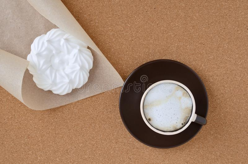 Φρέσκοι καφές και μαρέγκα cappuccino στοκ εικόνες