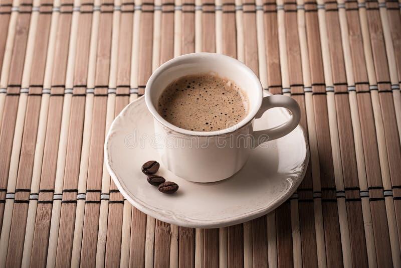 Φρέσκοι καφές και φασόλια καφέ σε έναν πίνακα στοκ φωτογραφία